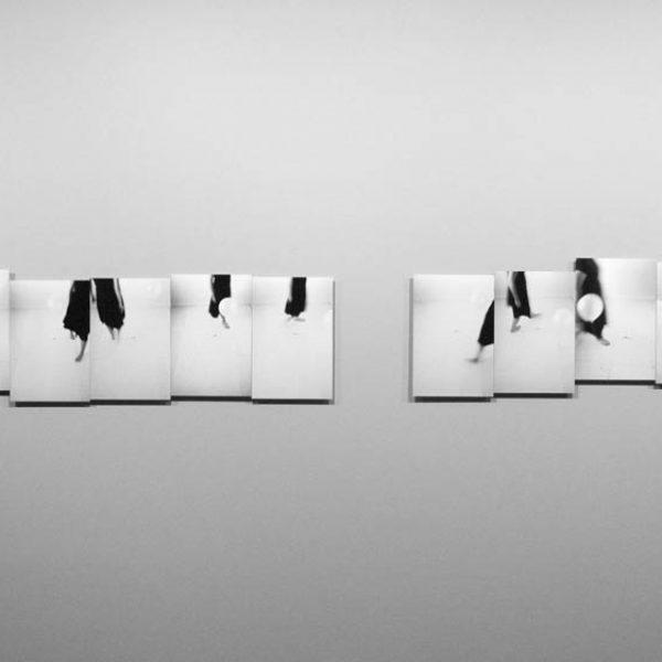 18th Bienal de Sydney: 'all our relations', 2012. Curadoria de Catherine de Zegher e Gerald McMaster. Série Diálogo (Balão e corpo), 2007. Ampliação fotográfica em papel de fibra. 37,5 × 24,5 cm cada. Políptico.